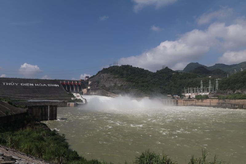 Hồ Hòa Bình mở một cửa xả đáy vào sáng ngày 30/9.